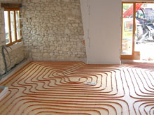 hot-water-pipes-in-a-heated-floor-laid-ready-to-receive-the-concrete-screed-that-protects-them-and-transmits-warmth-to-the-room
